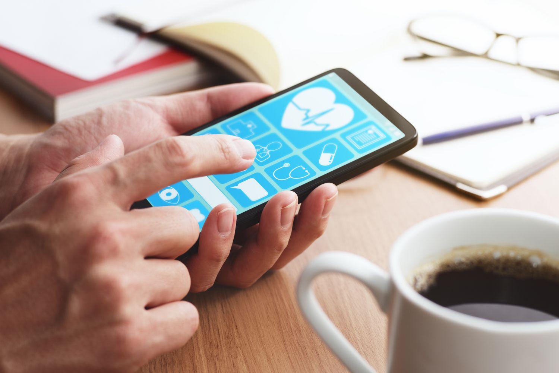 Smartphone mit einer Gesundheits-App